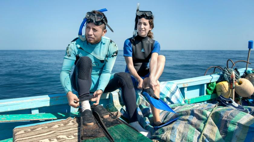 Earthwatch volunteers put on their snorkel gear (C) Rolex - Francois Schaer