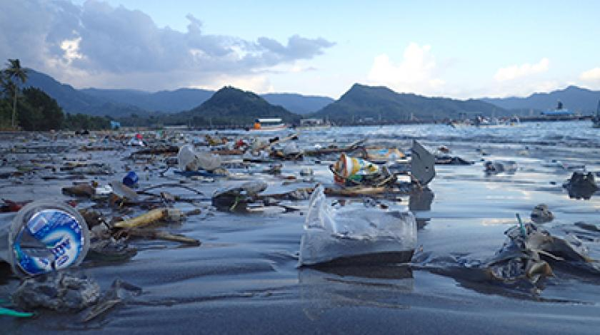 Plastic debris litters the surface of the ocean (C) Earthwatch Australia