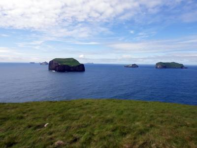 A series of rocky islands off the coast of Vestmannaeyjar (C) Elise Begin