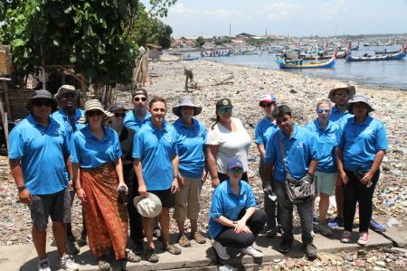 A team of Earthwatch volunteers on the beach (C) Earthwatch Australia