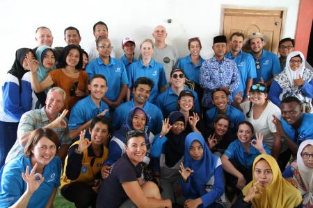 A team of Earthwatch volunteers poses with community members (C) Earthwatch Australia