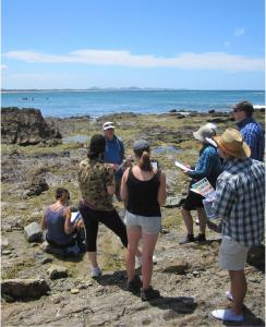 Earthwatch volunteer team receives instruction from Dr. Smith (C) Earthwatch Australia