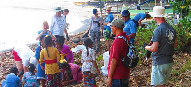 Earthwatch volunteers work alongside the local community to collect plastic debris (C) Earthwatch Australia