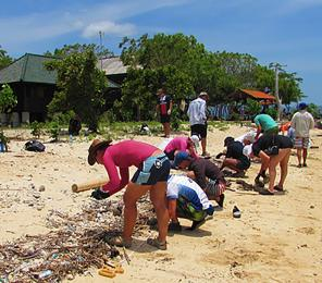 Earthwatch volunteers collect plastic debris along the shore (C) Earthwatch Australia